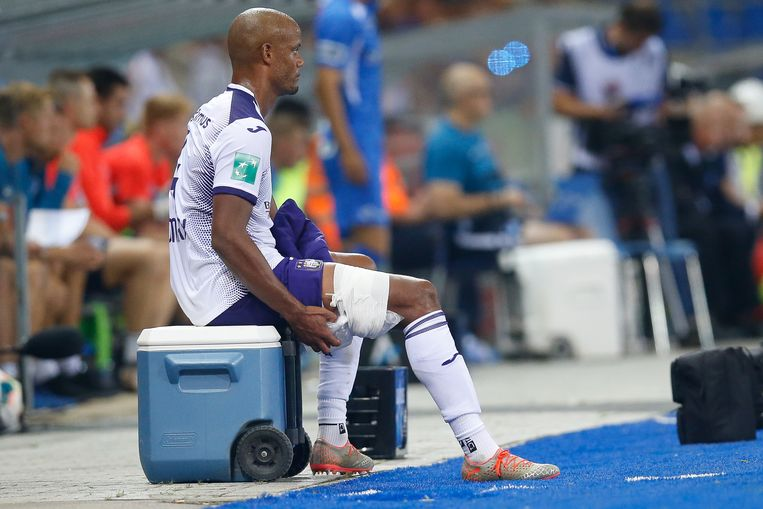 Anderlecht's Vincent Kompany leaves the pitch after being injured during a soccer match between KRC Genk and RSC Anderlecht, Friday 23 August 2019 in Genk, on the fifth day of the 'Jupiler Pro League' Belgian soccer championship season 2019-2020. BELGA PHOTO BRUNO FAHY