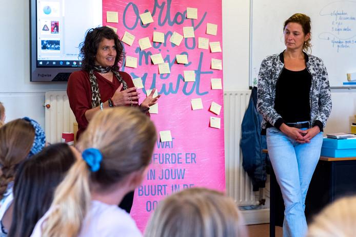 Minka Bos en Evelyne Draaijer geven kinderen op De Hasselbraam les in het leren nadenken over goed en fout.