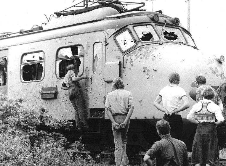De door een kogelregen doorboorde trein na de kaping door bij de Punt, Glimmen 11 juni 1977. Beeld ANP