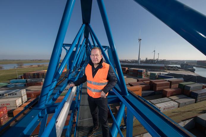 Bert Weever toen hij in 2017 werd uitgeroepen tot Havenondernemer van het Jaar. Op de achtergrond een loods met zonnepanelen erop.