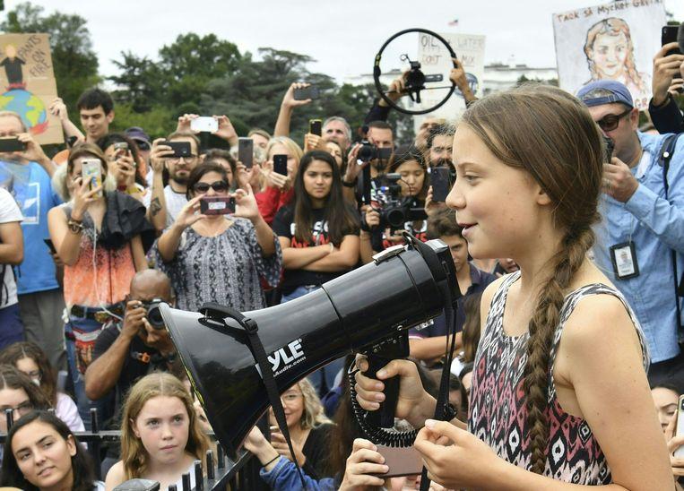 De jonge Zweedse klimaatactiviste Greta Thunberg heeft in de Amerikaanse hoofdstad Washington met enkele honderden jonge mensen voor het Witte Huis een manifestatie gehouden voor meer klimaatbescherming.