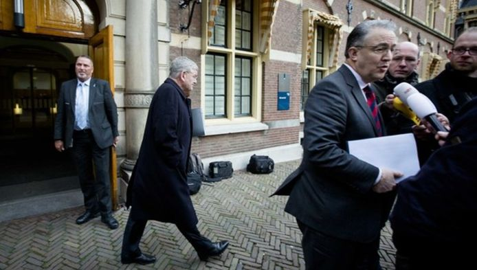 Jan van Zanen (L) van Utrecht verlaat het Ministerie van Algemene Zaken na een overleg tussen de burgemeesters van de vier grote steden en het kabinet over de terreurdreiging. Rechts staat zijn collega Ahmed Aboutaleb van Rotterdam de pers te woord.