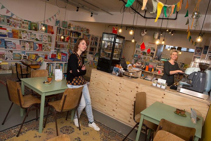 Lotte Pera (links) en Josien de Kruik in de winkel.
