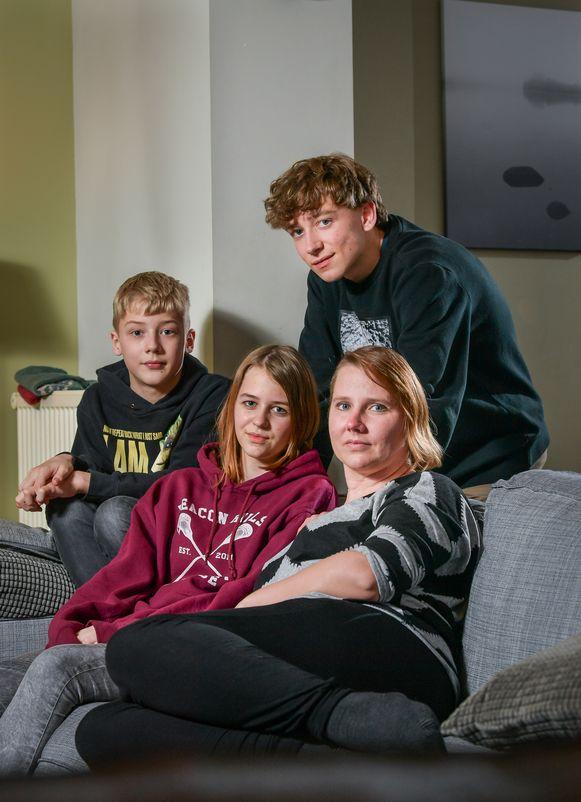 """Ine Justé met haar kinderen Kamiel (16), Jette (14) en Rob (13). """"Zij koken vaak, poetsen het huis en doen de strijk, want ik kan zelfs op goede dagen niet langer dan een halfuur rechtstaan."""""""
