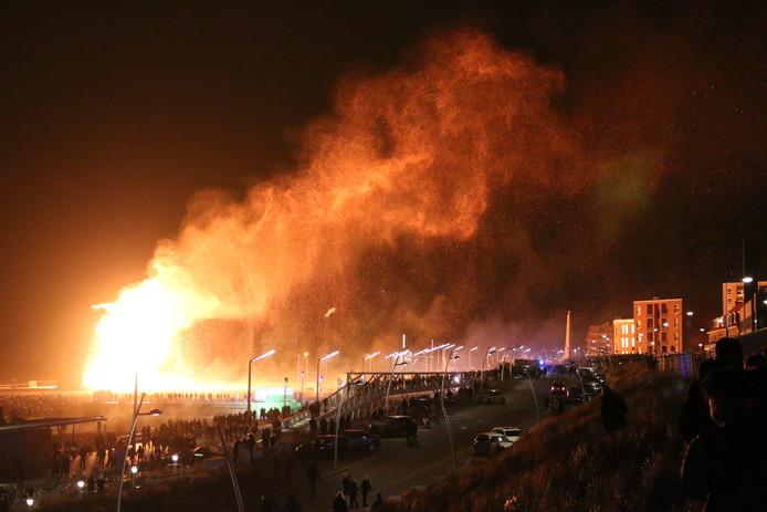 De enorme brandende houtstapel zorgde voor veel brandschade in Scheveningen tijdens Oud en Nieuw.