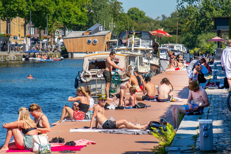 Op zomerse dagen - net als gisteren - ligt de Tilburgse haven van voor tot achter vol. Steigers vol zonaanbidders, een koelbox of een flesje wijn bij de hand.