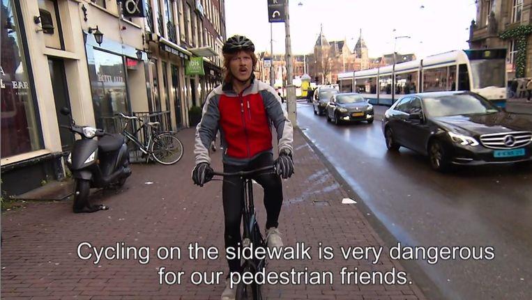 In de nieuwe filmpjes leert Hartman toeristen onder andere dat fietsen op de stoep gevaarlijk is Beeld Gemeente Amsterdam