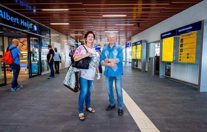 Station Rotterdam Alexander is open voor reizigers - deze twee omwonenden Ans en Lo Bergwerf namen een kijkje op het spiksplinternieuwe station in Rotterdam-Oost. Foto: Frank de Roo
