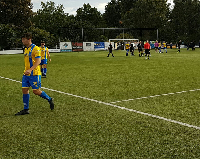 DZC'68-verdediger Sergio Keurntjes snelt na binnen nadat de koploper in 2H de eerste seizoensnederlaag heeft geïncasseerd tegen Hellendoorn: 0-1.