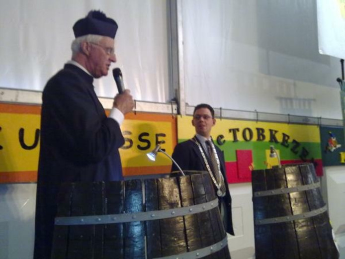 Burgemeester Roel Augusteijn en pastoor David van Dijk (rechts) tijdens hun buut. Foto Peter van Erp/BD