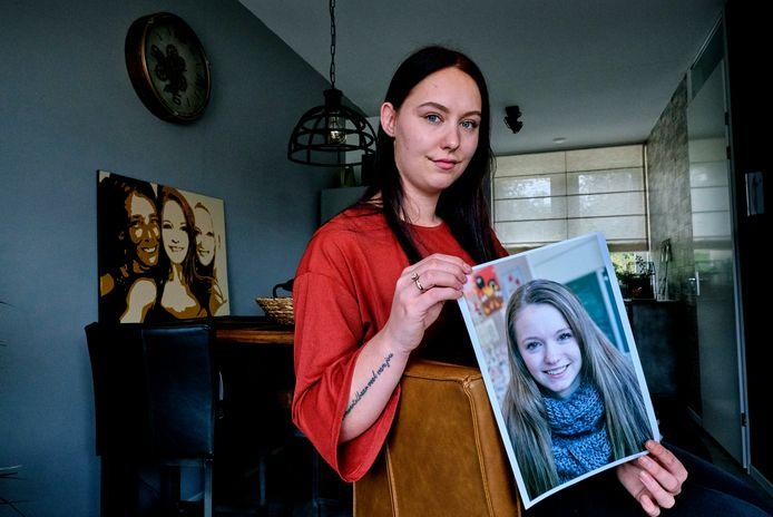 Britney Reitsma (20) houdt een dierbare foto van haar zus in haar handen. 'Als het onweerde buiten, was mijn zus in paniek als ik nog niet binnen was.'