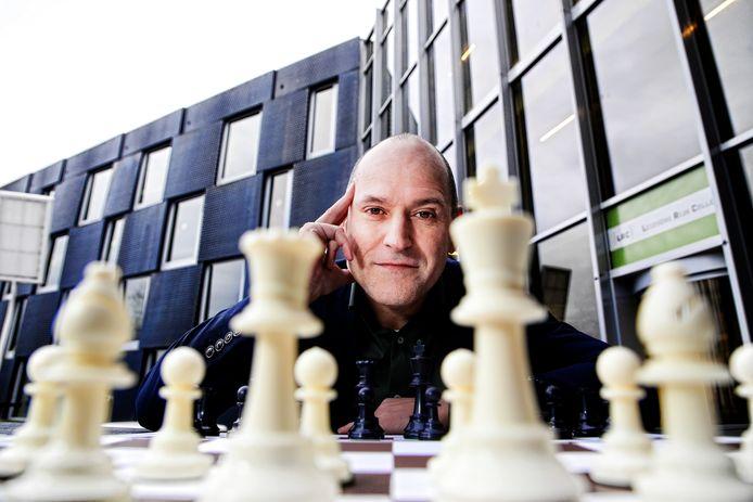 Jesús Medina Molina promoot het schaken op straat, hij is initiatiefnemer van de schaaktafels in het Máximapark in Leidsche Rijn .