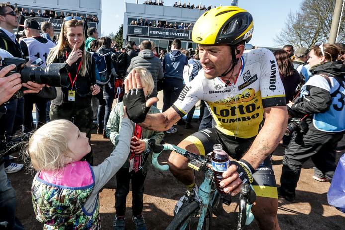 Maarten Tjallingii geeft een high five aan zijn dochtertje na zijn laatste Parijs-Roubaix.