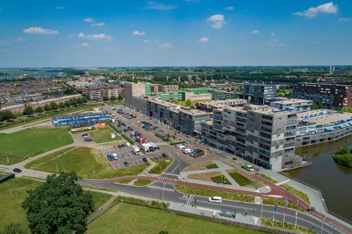 Zicht op de westzijde van winkelcentrum Stadshagen (westzijde), waar de uitbreiding plaats moet gaan vinden.