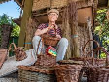 Jac (72) uit Stevensbeek is wilgenvlechter: 'Ik wil kennis en liefde voor natuur overbrengen'