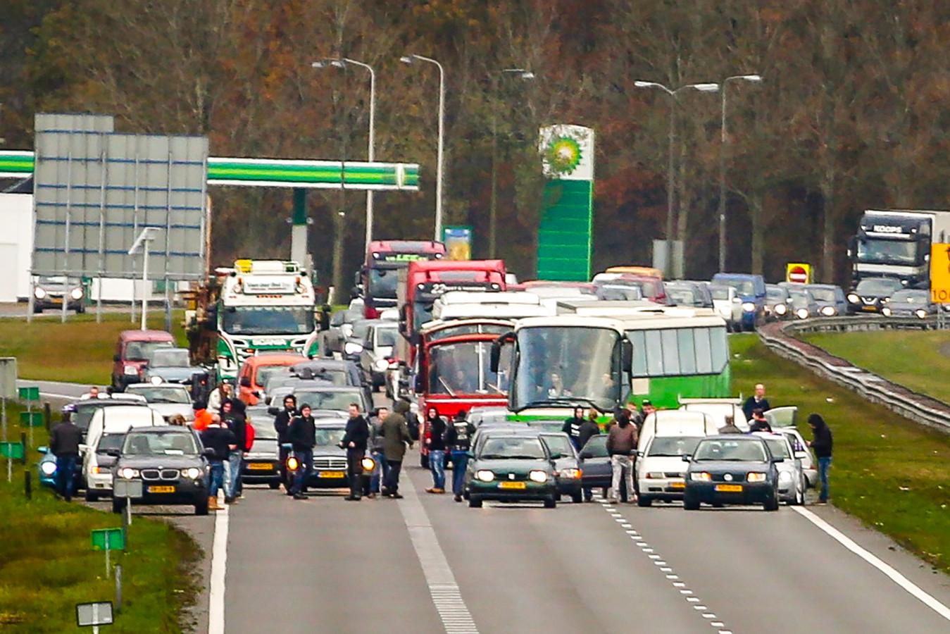 Twee bussen van de actiegroep Kick Zwarte Piet Out werden gisteren door tegendemonstranten tegengehouden op de A7 bij Joure.