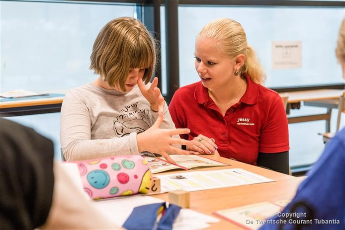 Oefentherapeut Jessy Oude Nijhuis oefent met een leerling van De Bonkelaar