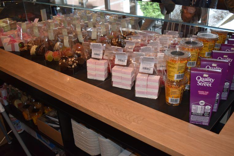 Er is ook een shop aanwezig waar men de mogelijkheid heeft om bloemen, snoepgoed en brood aan te kopen.