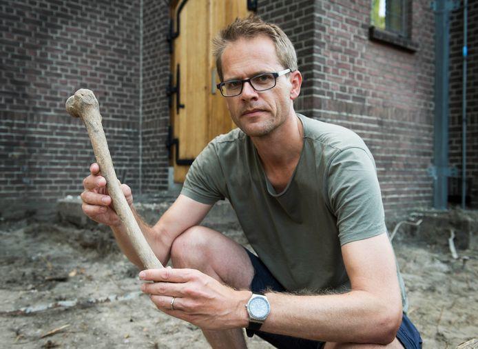 Jaap Breugem met een van de botten. ,,Vermoedelijk van vele eeuwen geleden, maar daar hoort nog steeds respectvol mee te worden omgegaan.''