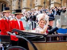 Koning en koningin per koets naar koninklijke loge paardenraces