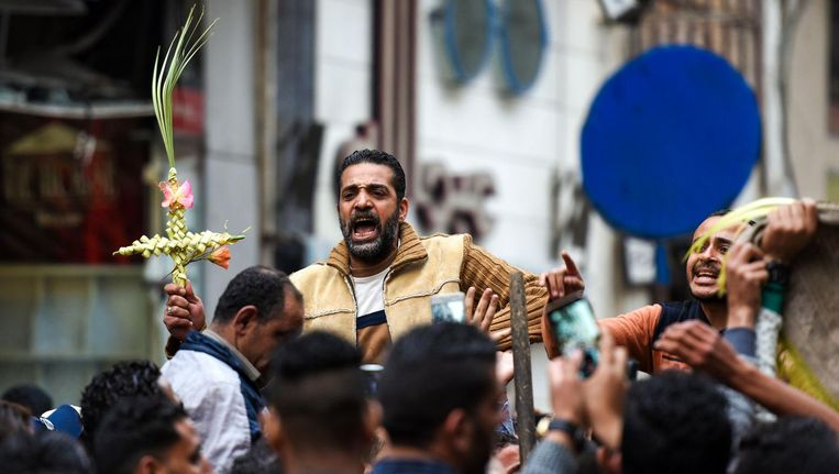 Egyptenaren komen samen bij de koptische kerk in Alexandrië die werd getroffen door een aanslag. Beeld afp
