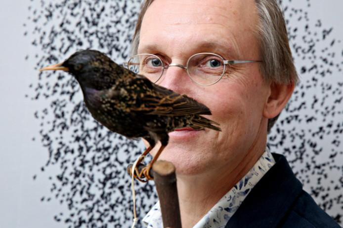 Directeur Kees Moeliker van het Natuurhistorisch Museum Rotterdam is zeer geïnteresseerd in de populatie spreeuwen die zich begeven bij de Van Ghentkazerne in Rotterdam-Kralingen.