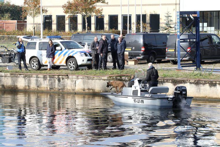 Speurders gingen met een boot en een speurhond het water op.