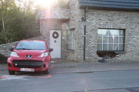 Langs de Aalbeeksestraat in Rollegem (Kortrijk) belandde J.M. (22) met zijn Peugeot in de gevel van een woning.