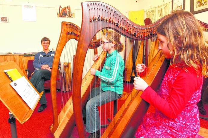 Twee kinderen volgen muziekles in het gebouw van Muzerie in Zwolle foto archief Sacha Wunderink