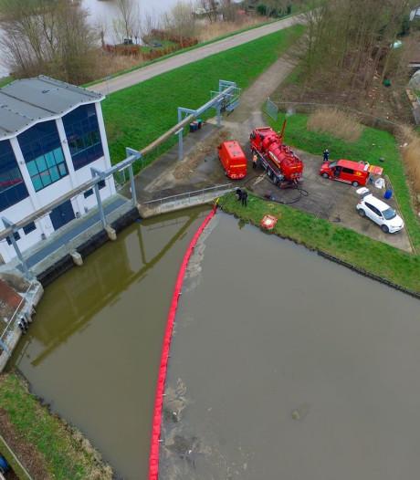 Waterschap vangt olie van te water geraakte vrachtwagen in Herwijnen op