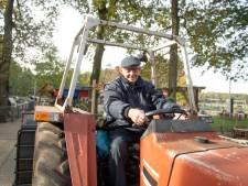 Vrijwilliger (90) maakt nog een laatste ritje op de trekker bij de kinderboerderij in Holten