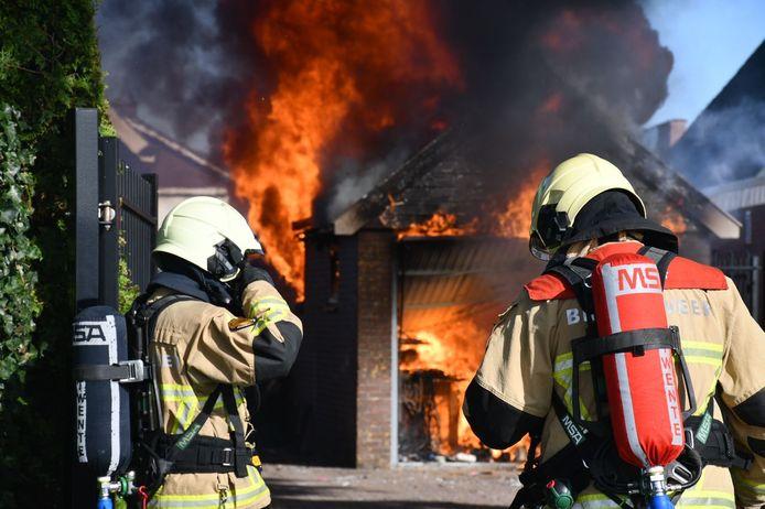 Een flinke uitslaande schuurbrand achter bakkerij Slomp in Westerhaar-Vriezenveensewijk.