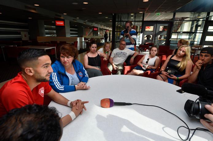 Mei 2016. Hakim Ziyech gaat na zijn laatste wedstrijd voor FC Twente in gesprek met jongeren uit Dronten. Links van hem zit Liane Wolfert.