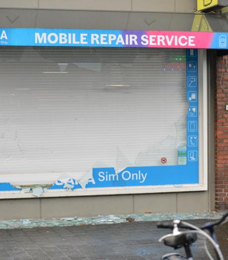 Tilburgse verdachten vluchten water in na snelkraak op Bredase telefoonwinkel