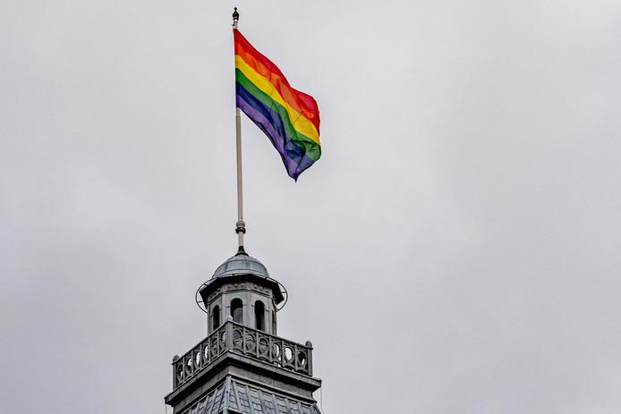 De regenboogvlag wappert op het stadhuis van Rotterdam.