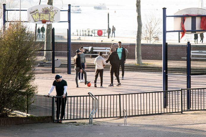 Met een groepje sporten op een plein, dat mag vanaf nu niet meer.