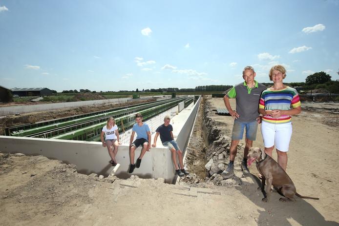 Rudi en Hetty Krüs met kinderen en hond voor de nieuwe stallen in aanbouw.