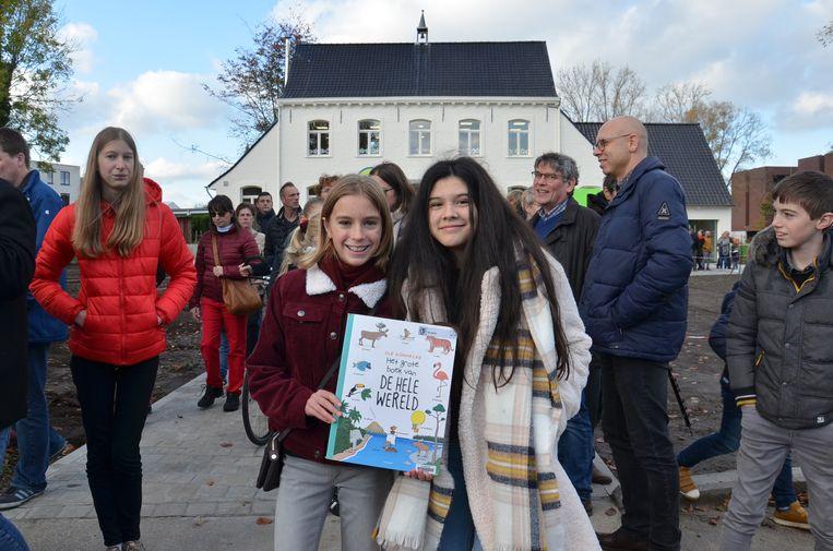 Het laatste boek werd overgebracht naar het nieuwe bibfiliaal in de pastorie in Denderhoutem voor de feestelijke opening.