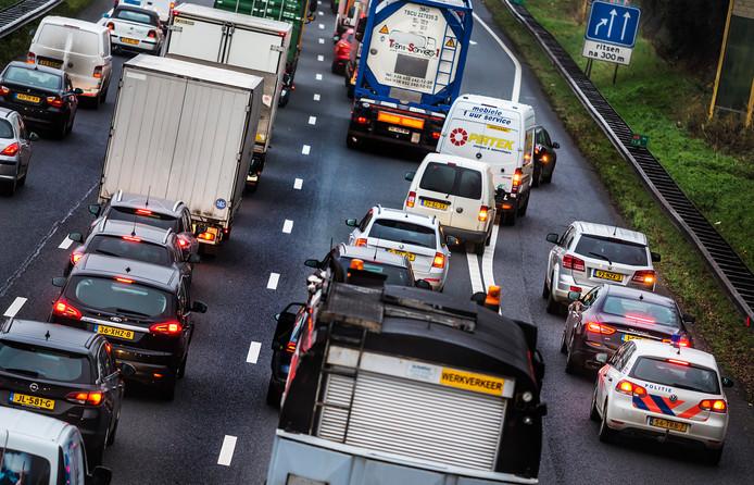 De files op de A15 worden de komende jaren snel langer, verwacht Transport en Logistiek Nederland.