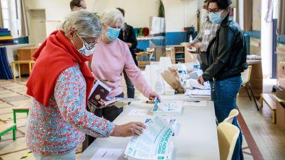 Fransen trekken met mondmasker naar stembus voor tweede ronde verkiezingen