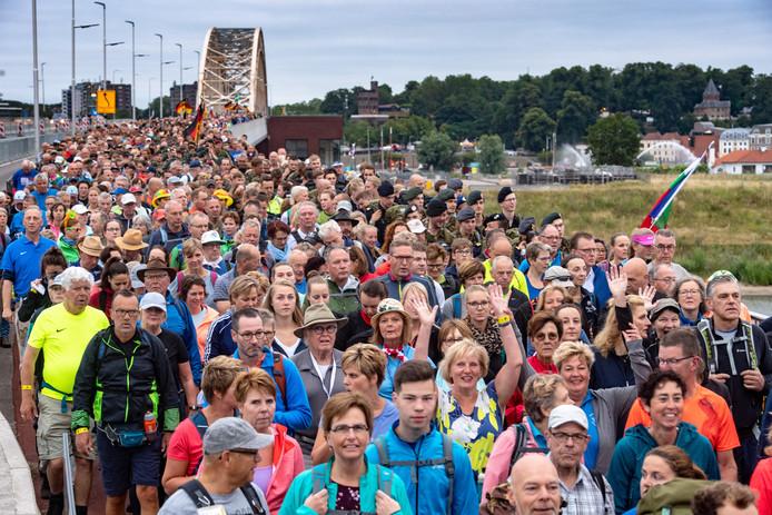 Nijmegen/Nederland: de 1e wandeldag vd 103e editie van de Nijmeegse Vierdaagse. WaalbrugDgfotofoto: Bert Beelen