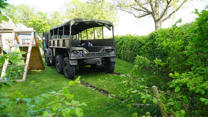 De oude legertruck kwam tot stilstand in een tuin en raakte daarbij nét niet een speeltoestel.