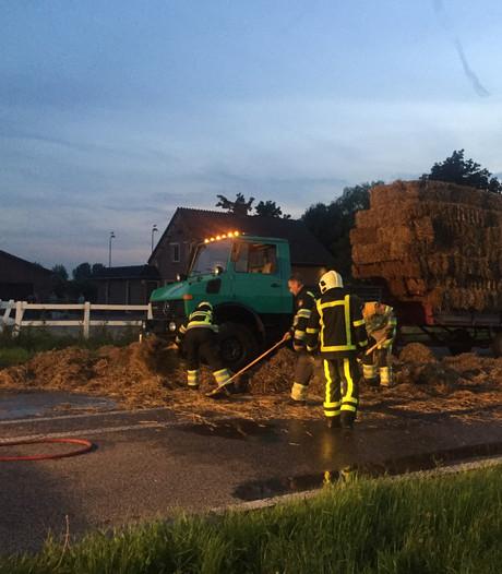 Lading stro in brand op vrachtwagen in Ommeren