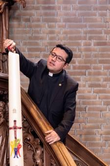 Priester Mauricio staat coronapatiënten in Meander bij: 'Ik zie Jezus in het wit en blauw van het ziekenhuis'