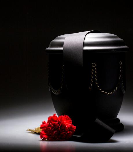 Echtpaar met urn mist vlucht vanaf Eindhoven Airport door ontbrekende stempel