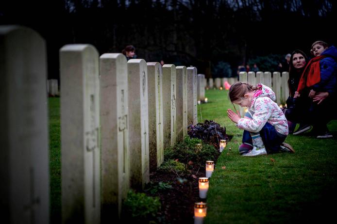 Het plaatsen van kaarsjes aan de vooravond van kerst op militaire begraafplaatsen moet een vaste traditie worden op álle erevelden in de regio Nijmegen.