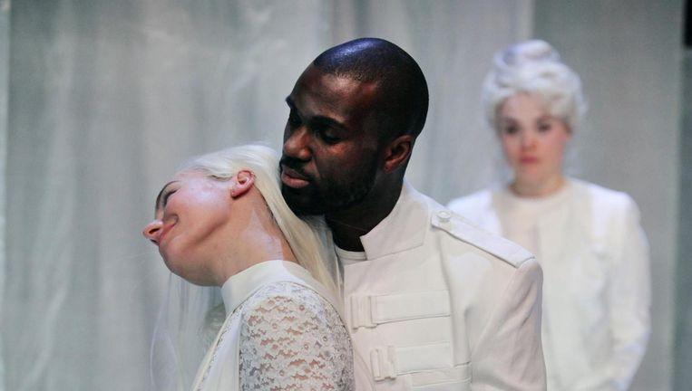 Werner Kolf als Othello en Sallie Harmsen als Desdemona in Othello. Foto: Sanne Peper. Beeld null