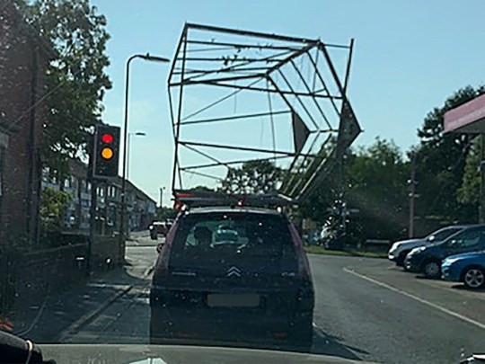 U rijdt hier met een complete kas op uw dak, mag dat?