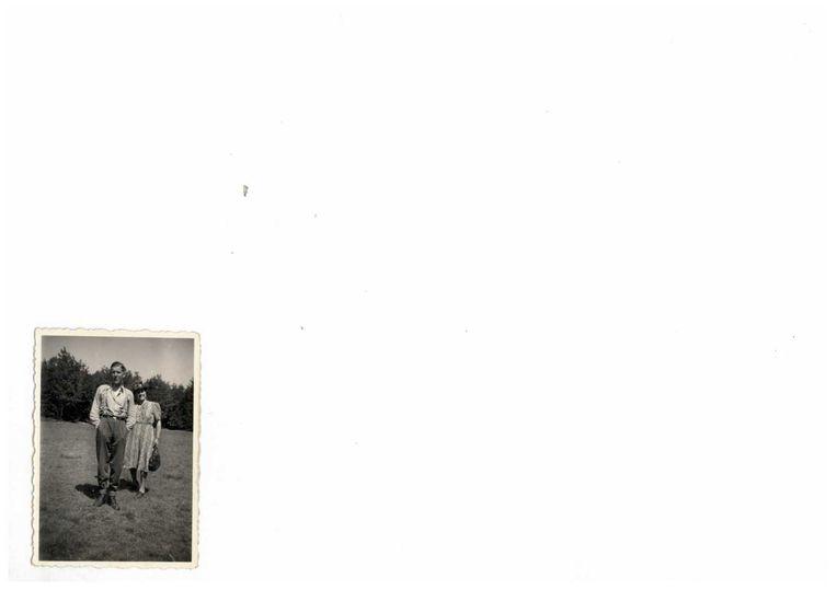 Vader met zijn moeder bij kamp Amersfoort. 1944. Beeld Archief familie Fransen.