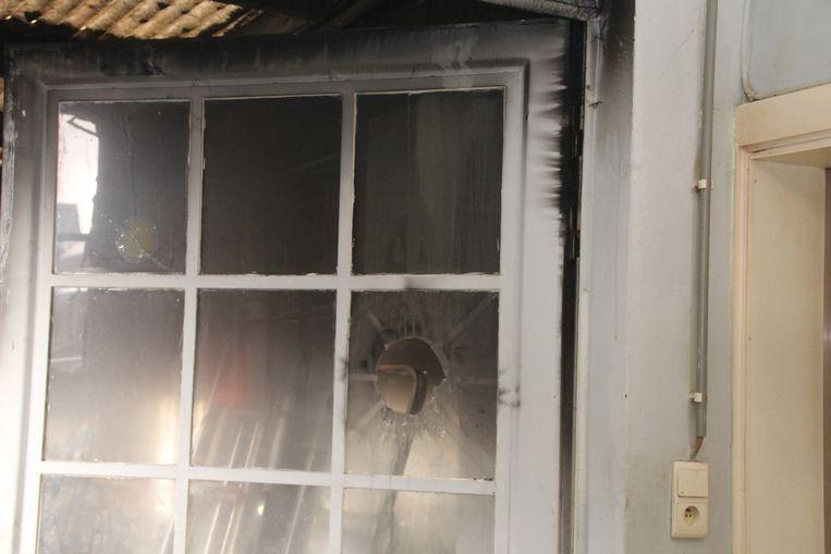 Door de brand barstte een raam en is er heel wat roetschade.